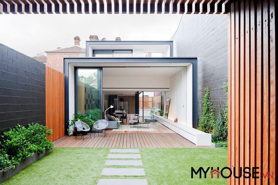 nội thất đa phần là gỗ mộc mạc đặc trưng của nhà phố đẹp dung hòa thiên nhiên